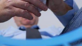 Imagem borrada com o empregado no escritório que joga o papel amarrotado na cesta do lixo video estoque
