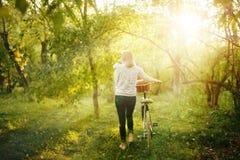 Imagem borrada da fêmea com bicicleta imagens de stock royalty free