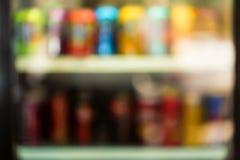 Imagem borrada da máquina de venda automática com petiscos imagens de stock