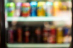 Imagem borrada da máquina de venda automática com petiscos fotos de stock