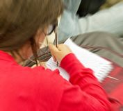Imagem borrada de uma menina que toma notas durante a lição para o conceito educacional e da escola Fotografia de Stock