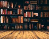 Imagem borrada muitos livros velhos na estante na biblioteca Fotos de Stock