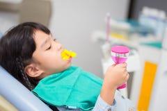 Imagem borrada o revestimento do fluoreto nas crianças foto de stock royalty free