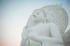 Imagem branca grande da Buda em Saraburi, Tailândia fotos de stock royalty free