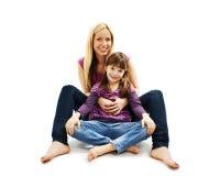 Imagem brilhante de abraçar a mãe e a filha foto de stock royalty free