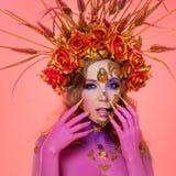 Imagem brilhante de Dia das Bruxas, estilo mexicano com os crânios do açúcar na cara Pele cor-de-rosa brilhante da mulher bonita  foto de stock royalty free