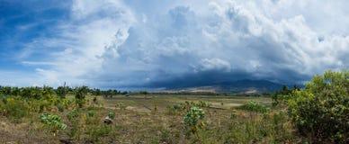 Imagem cênico da paisagem da terra e da montanha na vila profunda em ilhas de Flores durante o dia nebuloso e ventoso com cúmulo imagens de stock