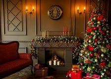 Imagem calma da árvore clássica interior do ano novo decorada em uma sala Imagens de Stock Royalty Free