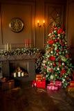 Imagem calma da árvore clássica interior do ano novo decorada em uma sala com chaminé Fotos de Stock Royalty Free