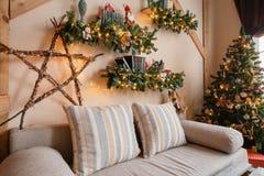 A imagem calma da sala de visitas home moderna interior decorou a árvore de Natal e os presentes, sofá, tabela coberta com a cobe Fotografia de Stock Royalty Free