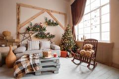 A imagem calma da sala de visitas home moderna interior decorou a árvore de Natal e os presentes, sofá, tabela coberta com a cobe Fotos de Stock Royalty Free