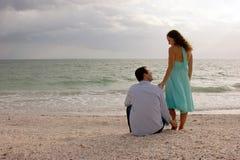 Imagem clássica de dois amantes novos na praia em Imagens de Stock Royalty Free