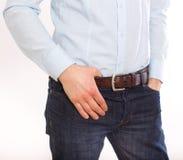 Imagem colhida do homem nas calças de brim imagem de stock