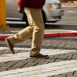 Imagem colhida do homem que cruza a estrada Imagens de Stock Royalty Free