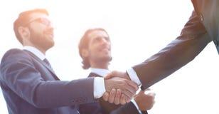 Imagem colhida dos executivos que agitam as mãos fotografia de stock