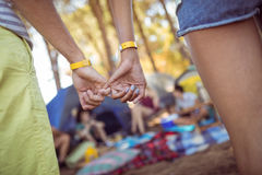 Imagem colhida dos pares que engancham os dedos mindinhos Fotografia de Stock Royalty Free