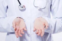 Imagem colhida macro das palmas da enfermeira Mulher nova do médico que mostra o espaço da cópia para o produto ou o texto Imagem de Stock Royalty Free