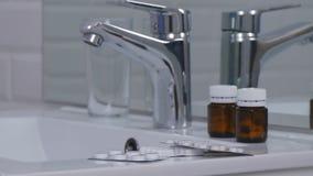 Imagem com drogas e comprimidos no dissipador no banheiro foto de stock royalty free