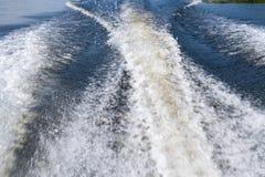 Imagem com um foco macio Traço de um barco de motor no formulário de disjuntores espumados da água Fotografia de Stock Royalty Free