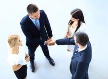 Imagem completa do comprimento de dois homens de negócio bem sucedidos que agitam as mãos Imagens de Stock Royalty Free