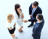 Imagem completa do comprimento de dois homens de negócio bem sucedidos que agitam as mãos Imagem de Stock