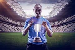Imagem composta 3D do retrato do desportista feliz que guarda o troféu Imagem de Stock