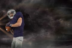 Imagem composta da bola de jogo do jogador de futebol americano Foto de Stock