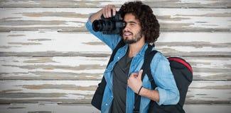 Imagem composta da caixa levando do tripé do fotógrafo masculino ao fotografar imagens de stock royalty free