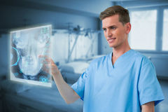 Imagem composta da enfermeira masculina que toca em uma tela invisível 3d Imagens de Stock