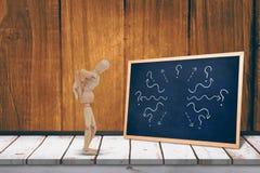Imagem composta da estatueta 3d de madeira que está com mãos sobre para trás Fotos de Stock