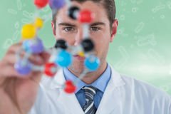 Imagem composta da estrutura de experimentação 3d da molécula do cientista novo Fotos de Stock