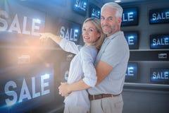 Imagem composta da exibição da esposa quando posição do marido imagens de stock