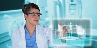 Imagem composta da experiência de condução de sorriso 3d do cientista fêmea Fotos de Stock