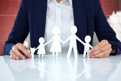 Imagem composta da família no papel com um homem no fundo foto de stock royalty free