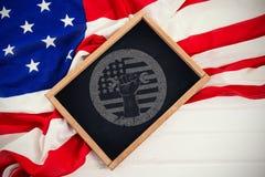 Imagem composta da ferramenta de terra arrendada da mão e da bandeira americana colhidas no cartaz vermelho Imagem de Stock Royalty Free