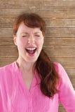 Imagem composta da gritaria da mulher para a câmera fotos de stock