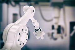 Imagem composta da imagem composta da parte robótico 3d da serra de vaivém da terra arrendada de braço Imagem de Stock