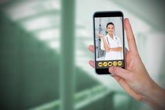 Imagem composta da mão humana que mantém o telefone celular contra o fundo branco Fotografia de Stock