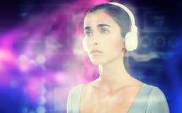 Imagem composta da mulher com os fones de ouvido contra o fundo branco Fotografia de Stock