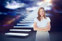 A imagem composta da mulher de negócios de sorriso com braços cruzou-se contra as cortinas 3d Fotografia de Stock
