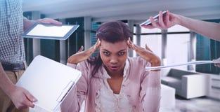Imagem composta da mulher de negócios forçada para fora no trabalho fotografia de stock