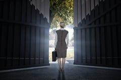 Imagem composta da mulher de negócios para trás girada que guarda uma pasta 3d Foto de Stock Royalty Free