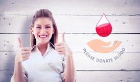 Imagem composta da mulher de negócios que sorri na câmera com polegares acima Imagens de Stock Royalty Free