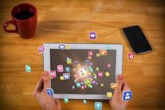 Imagem composta da mulher de negócios que usa a tabuleta na mesa 3d Fotos de Stock
