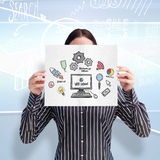 Imagem composta da mulher de sorriso que mostra um cartão de grande negócio na frente de sua cara Imagem de Stock