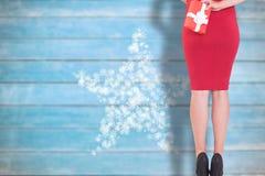 Imagem composta da mulher elegante que guarda um presente Foto de Stock