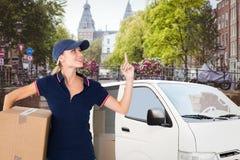 Imagem composta da mulher feliz da entrega que guarda a caixa de cartão e que aponta acima Foto de Stock