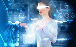 Imagem composta da mulher que usa vidros video virtuais contra o fundo branco Fotos de Stock Royalty Free
