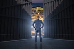 Imagem composta da opinião do desgaste o homem de negócios com mãos no quadril, 3d Foto de Stock Royalty Free