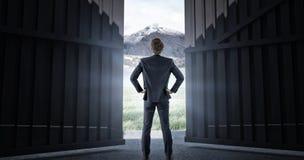 Imagem composta da opinião do desgaste o homem de negócios com mãos no quadril 3d Imagem de Stock